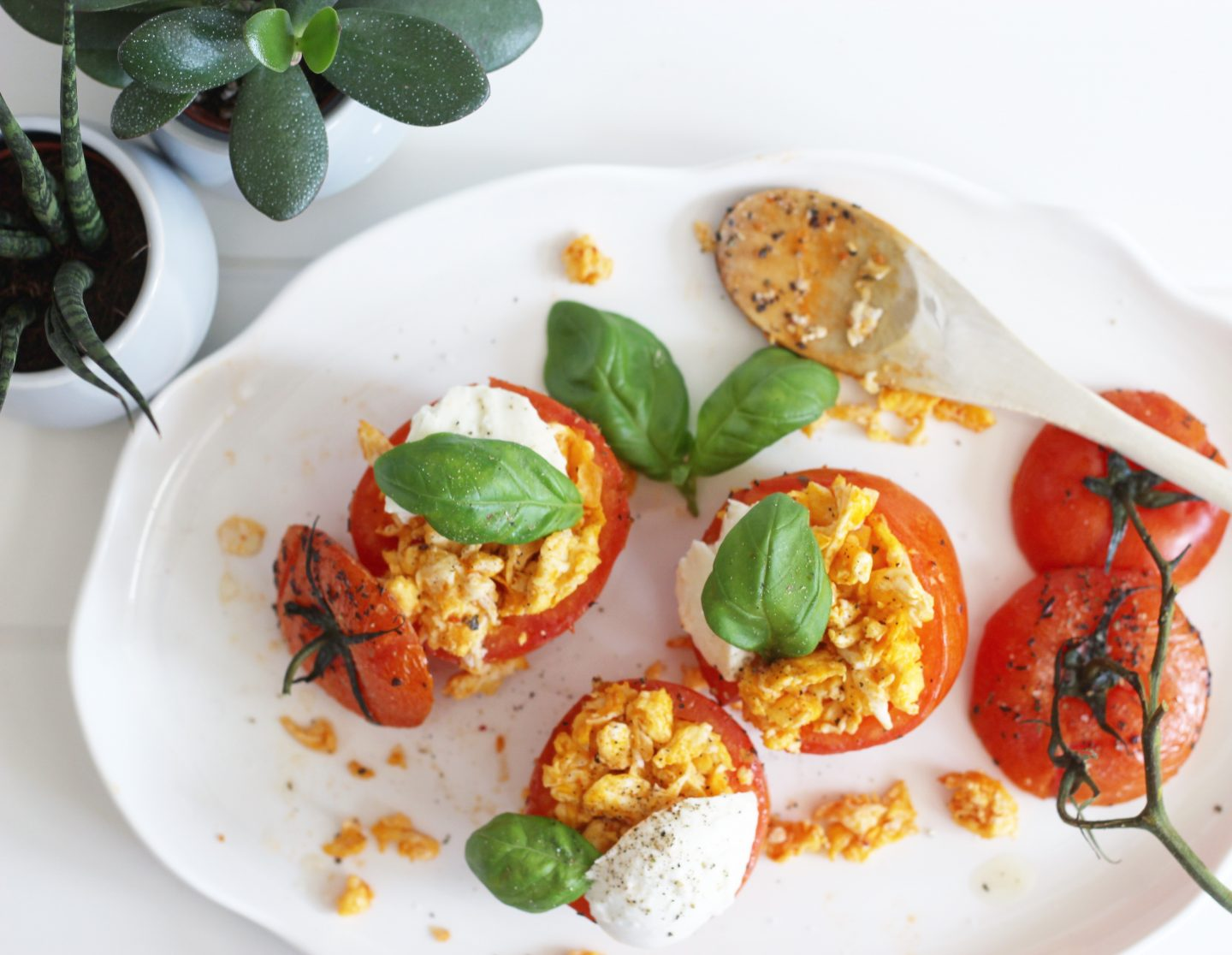 Lowcarb Paas recept – Tomaten met scrambled eggs, pesto en buffel mozzarella