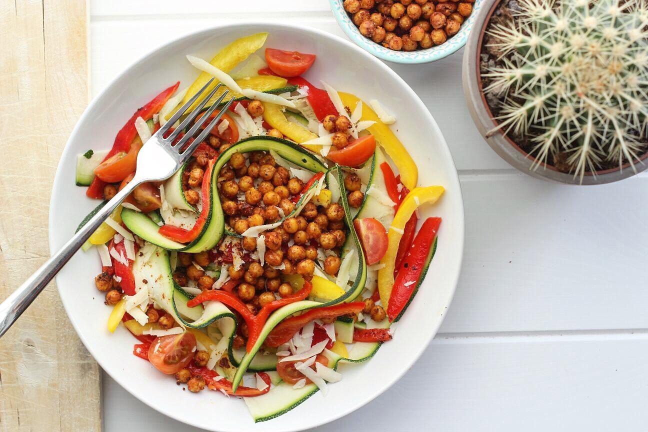 Recept MamaSuperdun: courgette salade met geroosterde spicy kikkererwten